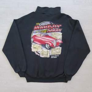 Supercool Roadster show svart half-zip I strl XL. Passar bra som oversize om man har mindre strl :) 66 kr spårbar frakt. Notera att det finns en liten fläck som visas på bild 3.  Skicka meddelande vid frågor/fler bilder! Notera att små defekter kan finnas då den inte är ny. Större brister nämns tydligt i annonsen/visas på bild. OBS! Bud är bindande!!!!!!!