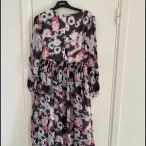Klänningen oanvänd fin lång sommar klänningen stolek är 36