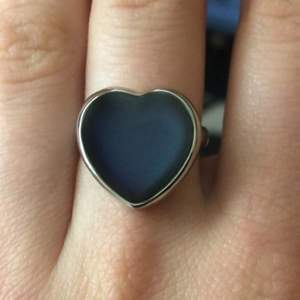 Säljer denna ring som ändrar färg beroende på känsla, kan skicka fler bilder. Köparen står för frakt, kolla gärna in andra annonser!!