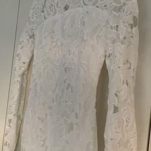 Denna är oanvänd då jag tänkte ha den till min student men det blev inte av! Lappen finns kvar. Jättefin vit klänning med spets upp till halsen! Perfekt till studenten eller vanlig klänning i sommar.