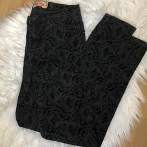 Ett par assnygga yk2 jeans, säljer då de var försmå. Skulle nog passa någon som är petite. Finns fortfarande kvar trots budgivningen avslutats!💖 säljs för 50 kr
