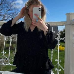 Skön tunn blus från vero Moda. Storlek XS men jag är en S/M och passar mig bra! Lite lösare passform. Använd en gång! 🤍 frakt ej inkl