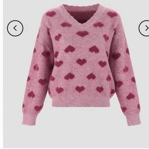 V-neck heart pattern sweater från cider. Helt ny. Tycker den är jättefin så synd att sälja men säljer den pågrund av att den inte passade mig och vågar inte skicka tillbaka den. Säljer den för 200