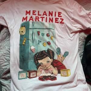 En t-sjukt från Melanie Martinez egna merch från crybaby, sitter lite oversize på mig som är en storlek M