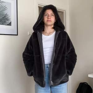fluffig behöver svart jacka för barn! Bra skick och i storlek XS💞 för barn 11-12 eller 152cm