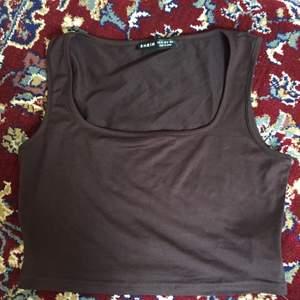 brunt linne från shein :) helt oanvänt, passar XS-S.