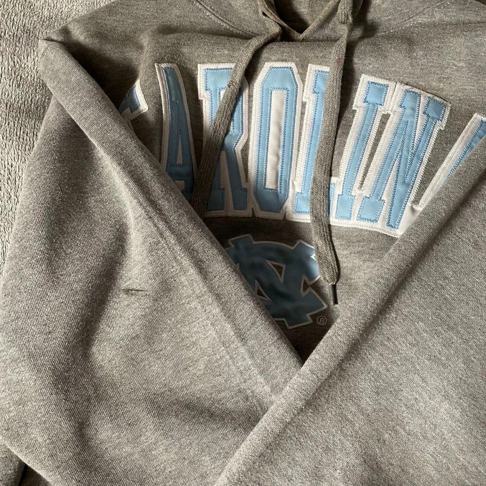 En najs o skön grå hoodie! Använder nt så mycket så tänkte sälja men är inte 100 på att sälja men vill se om någon är intresserad? 💗 Köpare står för frakten, kan mötas upp i Sthlm också. Huvtröjor & Träningströjor.