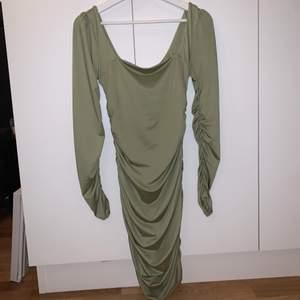 Grön klänning med rynkor från Shein. Storlek Medium. Aldrig använt. Första bilden är fram och andra bilden är bak.