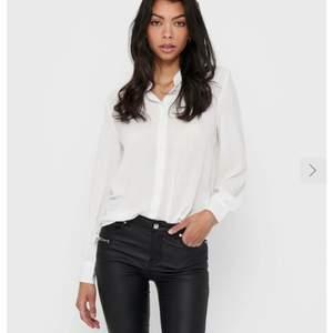 Snygg vit skjorta från only