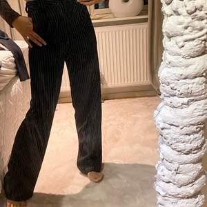 Randiga kostymbyxor från Na-kd storlek 34 (s) jag är 168cm