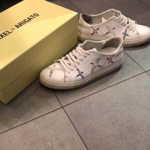 Axel arigato skor i hyfsat fint skick! Användes väldigt sällan pågrund av för liten storlek och tillslut började det göra ont i fötterna.. Lite små smutsiga på bilderna, går att göra betydligt renare. Storlek 41, box medföljer.