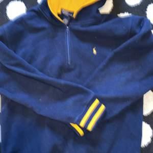 En mysig polo quarter zip hoodie i storlek kids xs