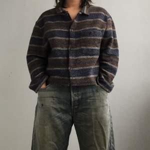 skitfet skjorta, unif vibes!!! croppad och inte så lång i ärmarna, jag på bilden e 150 cm💓