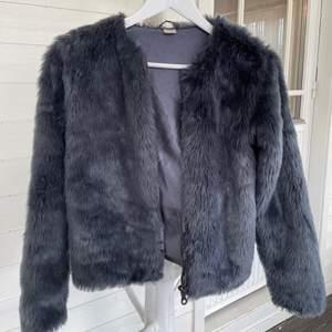 En mörkblå pälsjacka i storlek 158/160 ifrån Lindex barnavdelning. Jag skulle säga att den passar XS/S. Den är i fake päls och är otroligt mjuk med siden liknande insida. 💘💘⚡️🤩