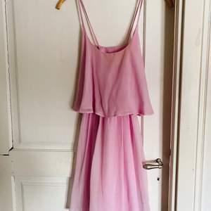 Fin rosa klänning i storlek 34 inköpt på Nelly. Omlottklänning. Vill du köpa? Skicka ett meddelande!
