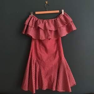 Så himla fin röd och vit rutig klänning, tyvärr lite för stor för mig:/ helt ny från trendyol!