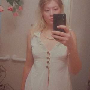 En vit tunika i velvet med luva ♡ En häxig wiccan tunika eller medeltidisk prinsessa, storlek xs-l ♡ Handgjord från UK, nypris: 568 plus frakt (& tull) 🦄 Plagget är använd 1 gång 💖 (plus den gången på bilden ^^')