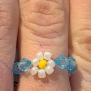 Super fin blå ring med vita blommor😍😍😍