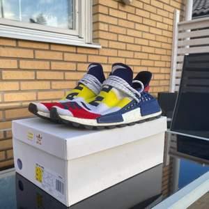 Dom heter, Adidas nmd human race BBC. Riktigt snygga skor jag säljer år min bror!! Finns inget fel på dom utan dom är precis som när han köpte dom! Pris kan diskuteras, idag är dom värde mot 8000⚡️⚡️⚡️⚡️ skriv vid intresse💕