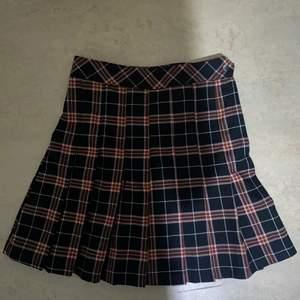 En rutig kjol från H&M som säljs för att den är lite stor i midjan;/ Pris går att diskuteras!