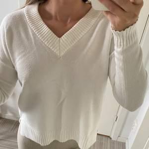V-ringad tröja från Vila i en vit färg. Sparsamt använd i gott skick. Nypris runt 250kr