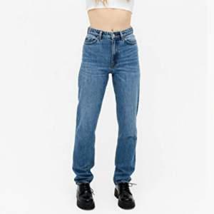 Skitsnygga jeans från Monki i organisk bomull, som tyvärr är lite för små! Taggen med loggan är bortplockad och priset är därför lite billigare 🌸 Skickar gärna fler bilder och köparen står för frakten som tillkommer på 66 kr 💌