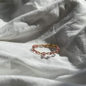 Handgjord ring med lila pärlor och guldtråd💜 går även att få med gröna, vita, gula, lika och rosa pärlor! Frakt tillkommer💛