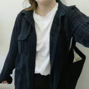 Snygg flanellskjorta som är skitsnygg att ha som jacka till vår/sommarn! Har inte använts så mycket, är slutdåld. Köp direkt för 100+frakt!! ✨(nypris 300)