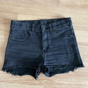Högmidjade jeansshorts från dr denim. Storlek S.