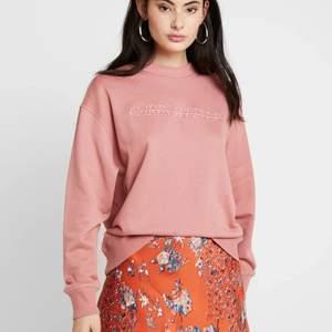 Säljer denna supersnygga och sköna sweatshirt ifrån Carin Wester. Den är i strl M och i nyskick. Endast använd fåtal gånger. Nypris 400kr, bud från 250kr. Hör av er om ni är intresserade 😊