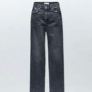 Säljer mina jeans från zara som är väldigt populära. Jag säljer då dom aldrig kommer till användning tyvärr. Dom köptes här på Plick men jag har bara använt dom 1 gång, så dom är helt som nya då tjejen innan knappt heller hade använt dom.  Jag har klippt av dom lite men dom är fortfarande ganska långa på mig som är 162 så är man kortare kan man ju klippa dom mer då dom är till för att klippa sin egna längd, annars tror jag dom passar om du är upp till 170 kanske? Skriv för egna bilder så skickar jag privat😋  så länge annonsen inte är markerad såld så finns dom kvar