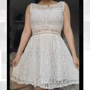 Supersöt vit klänning som passar perfekt till student eller skolavslutning. Perfekt skick, använd fåtal gånger. Dragkedja i ryggen. Fri frakt!! Skriv för fler/bättre bilder