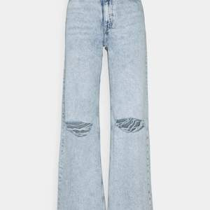 Säljer dessa yoko jeans med hål. Aldrig använda och har lappen kvar. Säljer pga att de inte passade. De är ganska små i storleken.