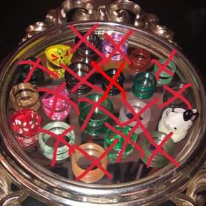 Säljer nu mina as coola ringar som jag älskar sååå mycket!!💞 alla är kristall ringar förutom de på sista bilden och sedan två av metall. Jag vet tyvärr inte vilka kristaller alla ringar är gjorde av, men jag kan försöka kolla upp det om det skulle behövas!!🥰 ingen utav de är reglerbara förutom hallo kitty ringen💞. Och det finns många olika storlekar, ja mäter såklart diametern på ringen om det skulle behövas!! Jag kommer sälja alla kristall ringar för 60kr då de är i fin kvalitet. Plast ringarna säljer jag för 50kr styck. Skriv privat ifall du vill ha fler bilder eller bara har någon fråga!!☺️💕
