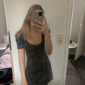 Blommig klänning från hm i storlek S, köptes sommaren 2020 och bara använd en gång