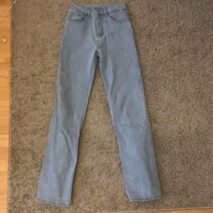 Kolla hit alla långa tjejer! 💗Säljer dessa snygga jeans då de var för långa för min smak. (173cm)  Strl S men skulle säga att det är en W25-26 och L36. Köpta här på Plick för 300kr, mitt pris 180+frakt☺️