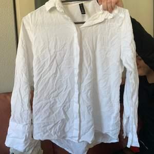 Vit basic skjorta, som behöver strykas! fråga för mer info ! 🥰