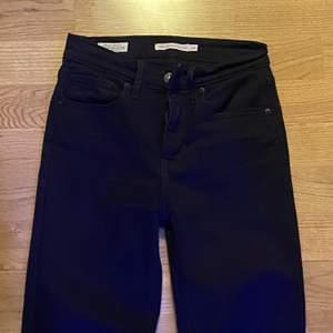 """Skinny jeans från Levis i modellen """"High rise straight"""" i storleken 24. Om man har lite större ben sitter jeansen mer som skinny än straight jeans. Det gör de på mig iallafall. Köparen står för frakten."""