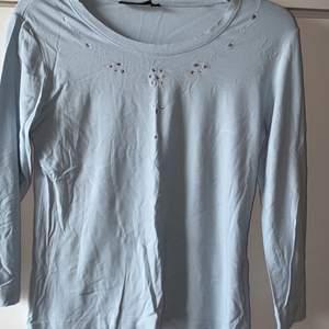 Blå långärmad tröja med detaljer. Super skön material storlek S. Pris 40kr