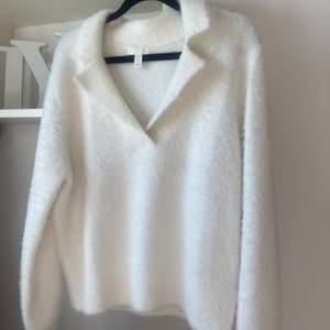 En super mjuk och fin tröja ifrån H&M som säljs för att den tyvärr inte kommer till användning❤️ Super fin passform och perfekt längd✨