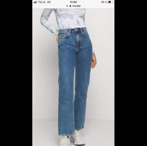 """Säljer weekdays populära jeans modell """"voyage"""" i färgen på bilden samt mörkgrå. De är 28/30 och nästan i nyskick. Väldigt lite använda :) nypris 500kr styck säljer för 200kr styck inkl frakt."""