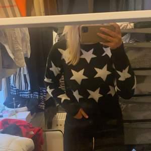 Säljer denna super snygga tröjan men stjärnor ⭐️ säljer då den inte kommer till användning jätte snygg och super mjuk!
