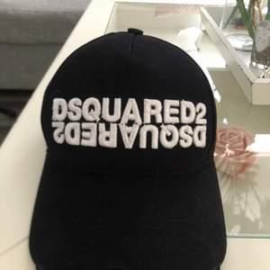 Säljer denna dsquared2 keps aldrig använt skriv om ni vill ha fler bilder