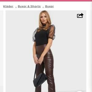 Säljer ett par bruna byxor i läderimitation från NELLY.se med mjuk insida, hög midja, dragkedja i sidan, rak passform, slits i benslut. Helt nya, provade 1 gång, passade inte, superfräscha, hela och rena:) Modellen på bilden är från Nelly's hemsida, hon är 175 lång och bär storlek x-small:) köparen betalar frakt:)