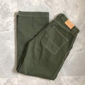 Snygga mörkgröna byxor som har hög midja och ska sluta vid anklarna. De passar alltså super för våren/sommaren🌼Tyvärr är de för korta för mig som är 172 då byxorna är 35 cm från dess midjan till benen