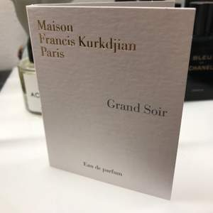 """THIS IS FOR 1 SAMPLE. I sprayed one 1ggr and the other not at all! Super luxe perfumer Maison Francis Kurkdjian fragrance sample in """"Grand Soir."""" Grand Soir's notes include benzoin, tonka bean and cistus labdanum. Review and rating from Fragrantica: Perfume rating 4.38 out of 5 with 2,912 votes on Fragrantica. """"It's a basic, mass-appealing amber scent so lots of people can get into it being such a safe fragrance. It's a mildly sweet, powdery amber with a powdery, soapy musk in the foundation. If you're looking for a clean, elegant amber, this is definitely worth sampling to find out if it speaks to you."""" Nypris €150 for 2.4 fl oz. so this is Nypris €4.75 for 0.06 oz / 2ml excl. frakt."""