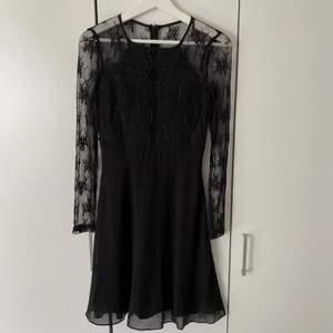 Fantastiskt vacker svart klänning med spetsdetaljer från Nelly. Dragkedja bak. Använd endast en gång så i nyskick! Frakt: 57kr spårbart 💌