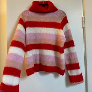 Skit snygg stickad tröja från Nakd som tyvärr inte används, normal i storlek. Knappt använd. Frakt tillkommer