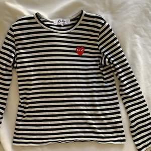 Superfin äkta CDG tröja, helt oanvänd. Svart-och vitrandiga med det klassiska hjärtat❤️ passar verkligen till allt och sitter snyggt! Jag är S och tröjan passar XS-M så vad väntar du på:) säljer vid bra bud❤️ den tredje bilden är från affären jag köpte den