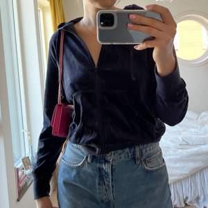 Mörkblå huvtröja i velour, storlek M💖 visas på mig som vanligtvis har M så tröjan skulle även passa bra på en S💕